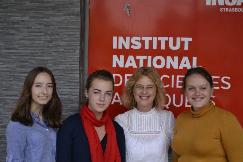 de gauche à droite Yulia Makarova, Anastasia Ryzhkova, Angelika Hamman et Rina Yakovyshena devant l'INSA de Strasbourg